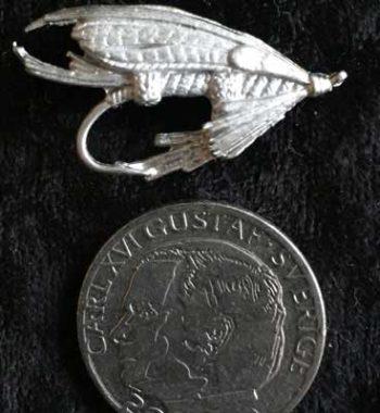 laxfluga i tenn brosch smycke pin articart örjansfiske